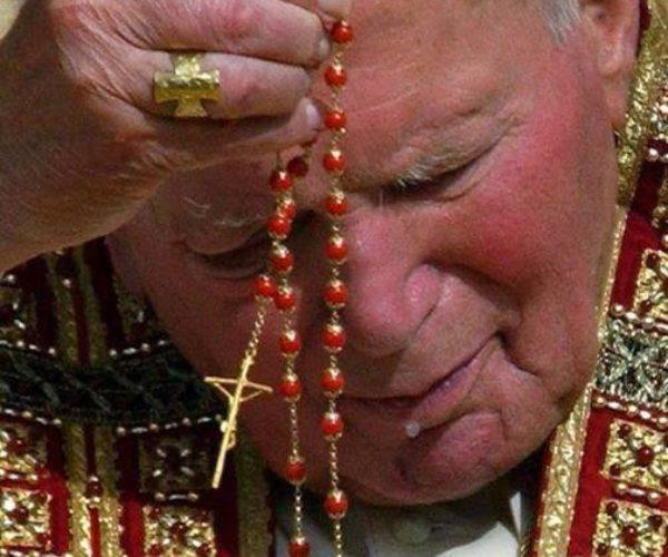 Giovanni Paolo II recita rosario